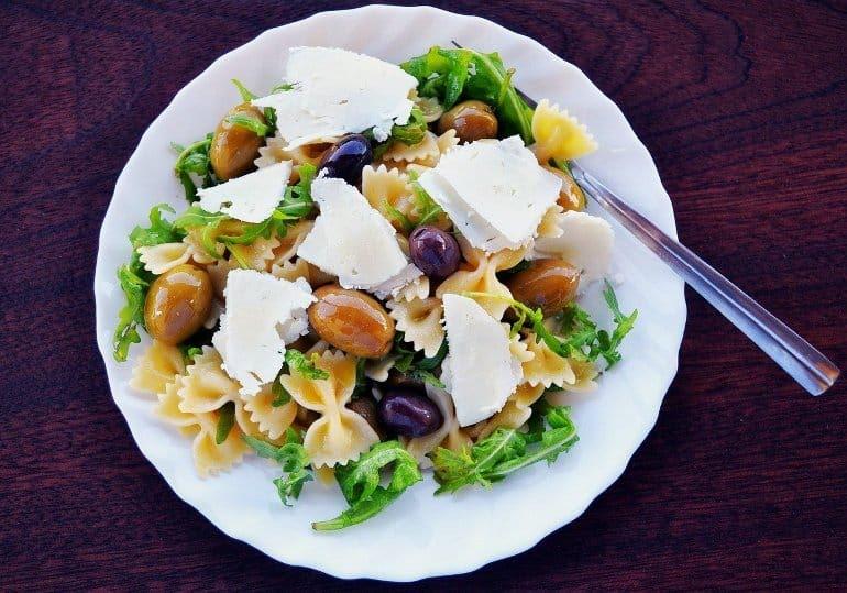 Dit toont een pastasalade met olijven en fetakaas